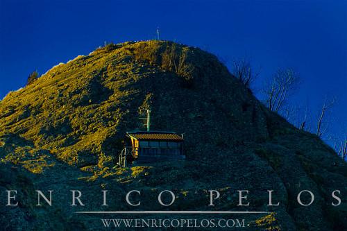 Rocche del Reopasso, la cima Biurca Nord con bivacco Citta' di Busalla.- .Reopasso Rocks, Biurca peak with Busalla town shelter.